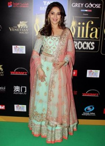 Madhuri-Dixit-Nene-at-IIFA-Rocks-Green-carpet